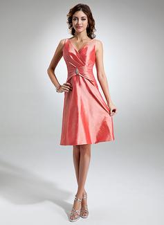 Forme Princesse Col V Longueur genou Taffeta Robe de demoiselle d'honneur avec Plissé Broche en cristal