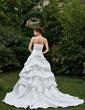 Plesové Srdcový výstřih Kostelní vlečka Satin Svatební šaty S Volán Zdobení korálky Květiny (002000657)